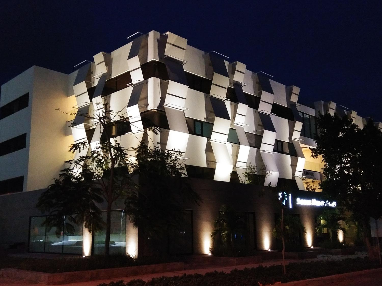 exterior noche edificio centur alquiler de oficinas en punta cana village oficinas punta cana